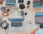 Consultanta Start-Up Nation Punctaj si Calculator Punctaj - o masa plin ade laptopuri , telefoane, cani, casti.