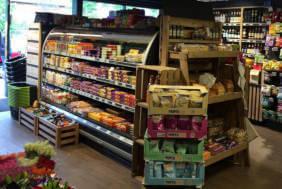Imagine pentru fonduri europene comert, un magazin universal - se vad rafturile incarcate cu produse.