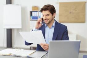 Contabil la birou, exemplu de afacere pentru care este posbila accesare de fonduri europene pentru servicii