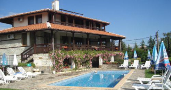 Consultnata Fonmduri Europene Turism, pentru deschiderea unei pensiuni. Pensiunea din exemplu este dotata si cu o piscina cu sezlonguri si umbrele. In stil traditional cladirea este impodobita cu flori.