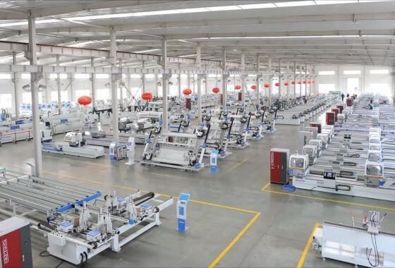 Consultnata POR 2.2 - in imagine se vede o fabrica de productie de geamuri termopan, nenumarate utilaje folosite in procesul de productie.