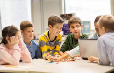 Consultanta Start-Up Nation pentru obtinere de fonduri europene pentru deschiderea unui after school. 6 scolari cu un laptop in fata, la o activitate after-school.