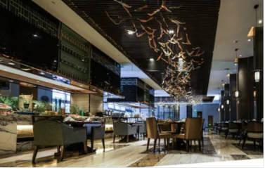 Interiorul unui restaurant de lux, mesa scaune, barul, totul cu nuante de negru, crem si maroniu. Pentru restaurant se pot obtine fonduri europene prin Start-Up Nation.