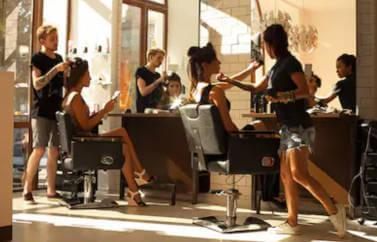 Consultanta StartUp Nation pentru un salon de infrumusetare. Mai multi angajati coafeaza si tund clientii.