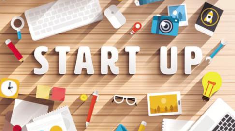 Cheltuieli Eligibile Start-Up Nation - totul despre program. Pe birou apar elemente semnificative pentru inregistrarea cheltuielilor, cum ar fi calculator, pix, creion, cheie, lupa.
