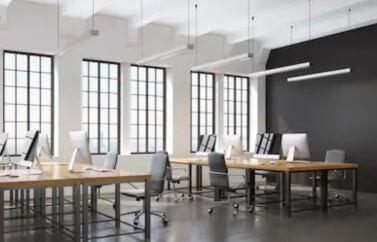 Fonduri Europene IT, pentru firme din acest domeniu prezinta un birou dotat cu scaune, calcualtoare, mese, cu design modern.