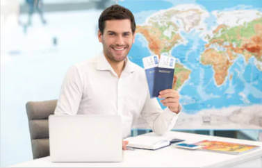 Fonduri Europene nerambursabile pentru deschiderea unei noi afaceri: agentie de turism. Agentul zambeste intinzand niste bilete de concediu.