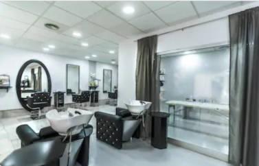 Un salon de infrumusetare reprezinta o afacere ideala pentru finantare cu fonduri europene pentru Start-Up. Statii penru spalat elegante, scaune pentru coafat si tuns, oglinzi mari, mese de masaj isi asteapta clientii cu nerabdare.