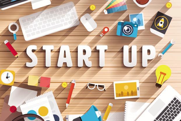 Fonduri Europene Nerambursabile pentru afaceri de tip start-up. Biroul este plin de tot felul de lucruri necesare inceperii afacerii: laptop, tastatura, cana de cafea, creioane, ceas, tableta, agenda, oaletar de culori. Racheta lansata ne duce cu gandul la demararea unui business, iar becul aprins ideile de proiecte.