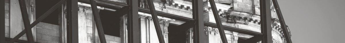 Renovarea unei cladiri istorice se poate face prin serviciile de consultanta fodnuri norvegiene. Se vede o schela pusa pe langa cladire, iar activitatile de renovare se desfasoara in momentul acela.
