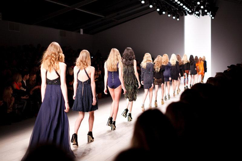 Cum deschid un atelier de croitorie cu fonduri eruopene - afla cum in acest articol. O prezentare de moda, fetele parcurg podiumul hotarate, fiecare poarta o alta rochie. reflectoarele de deasupra lumineaza scena.
