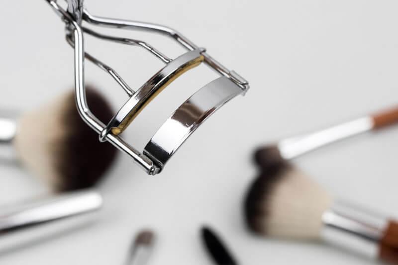 Echipamentle pentru un salon de infrumusetare: un ondulator de gene argintiu, metalic.