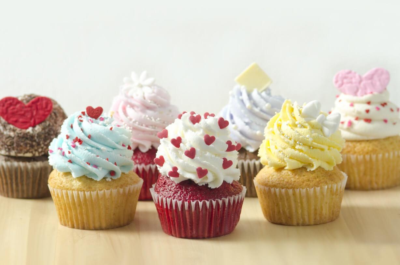 Fonduri Europene Laborator Cofetarie Patiserie multe cupcakes colorate, de un design delicios asteapta sa fie savurate. Toate sunt decorate cu ciocolata in diverse forme: inimioare, floare, romb.