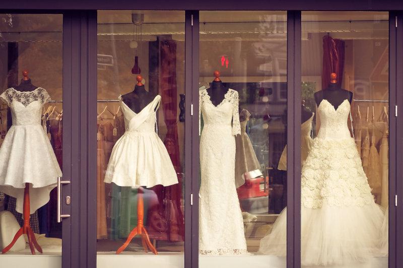 Un magazin de desfacere pentru rochii de mireasa, anexa a unui atelier de croitorie.