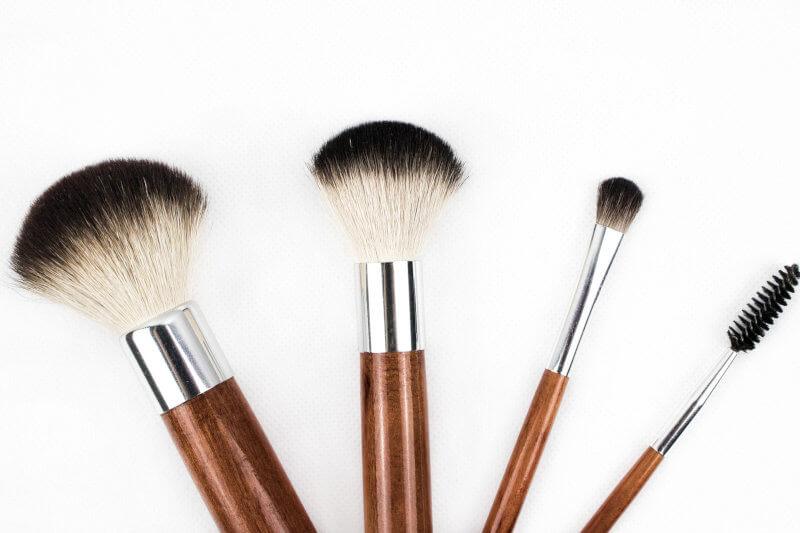 Periile de machiaj pot fi cumparate cu fonduri europene: perii cu coada maro si varf alb si negru.