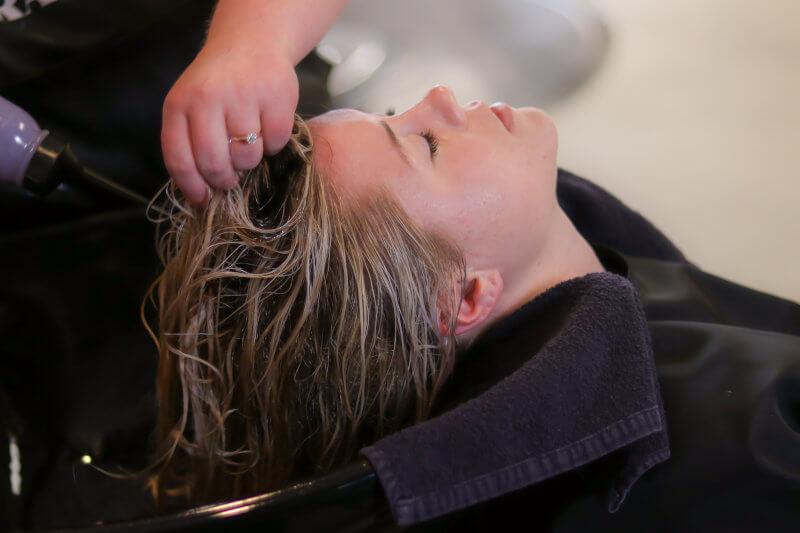 Spalatul pe par, una dintre cele mai importante activitati intr-un salon de coafura, sau intre=o frizerie.